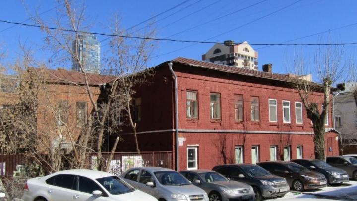 Там жила элита: 178-летний дом в центре Екатеринбурга взяли под охрану
