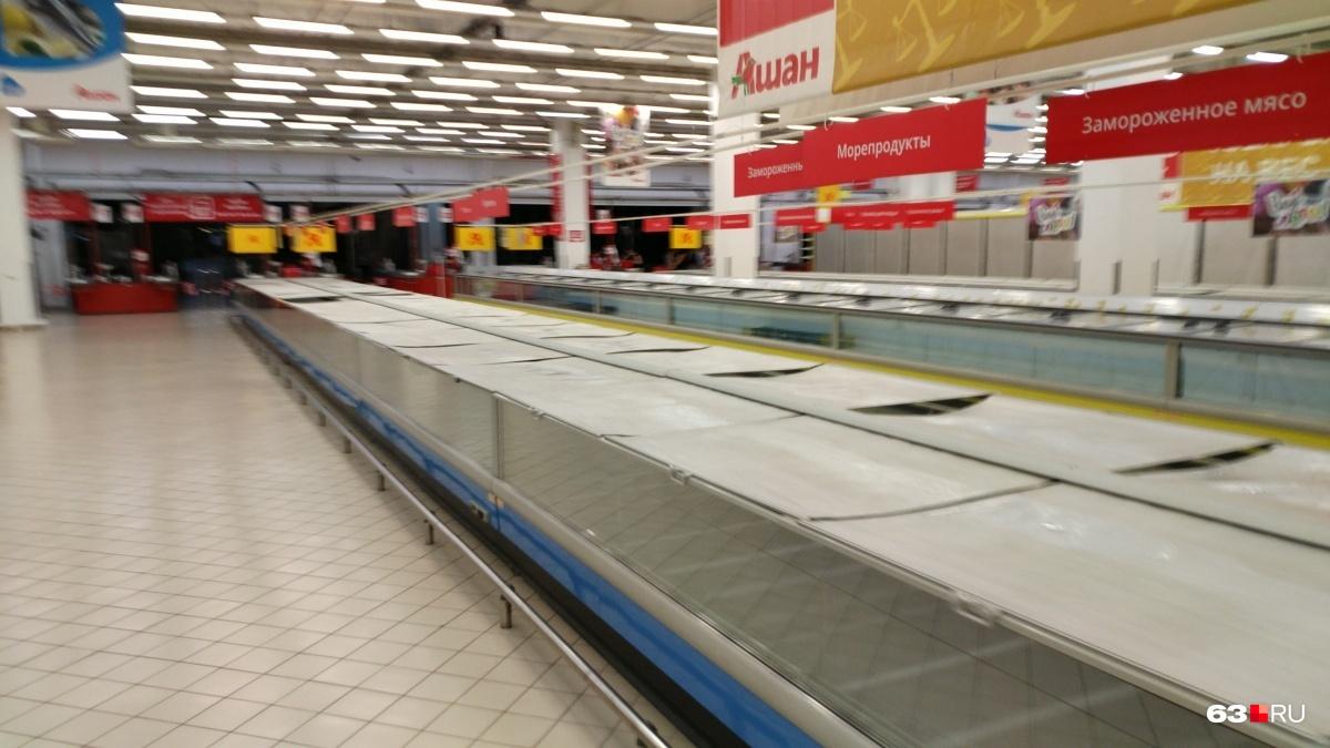 Полки в «Ашане» — пустые. Продукты вывезли для продажи в других магазинах сети