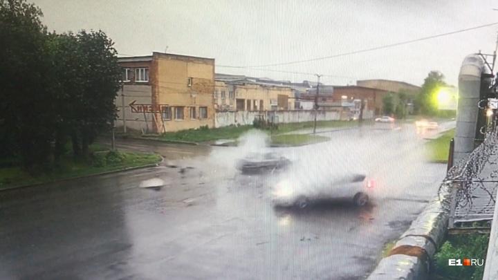 Камера наблюдения сняла, как Ford снес Skoda на Химмаше