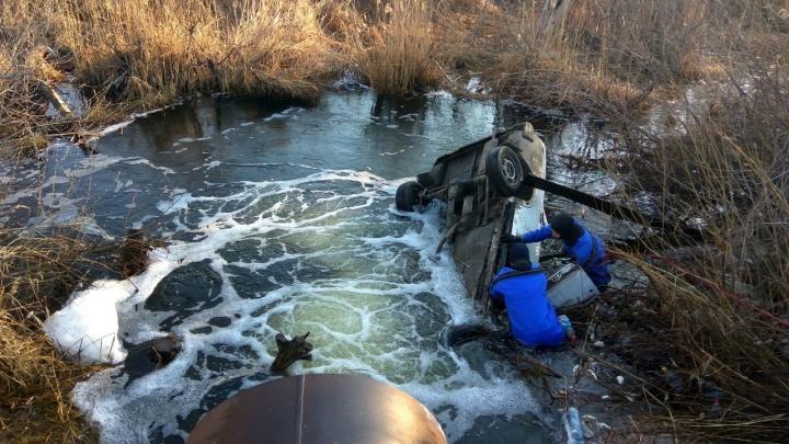 В Самарской области легковушка рухнула в озеро, пассажир погиб на месте