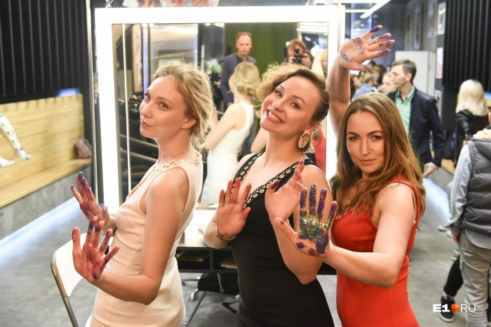 Анжелика Фра (слева) Татьяна Голева (в центре) и Анастасия Пищугина (справа) нарисовали картину прямо на открытии выставки