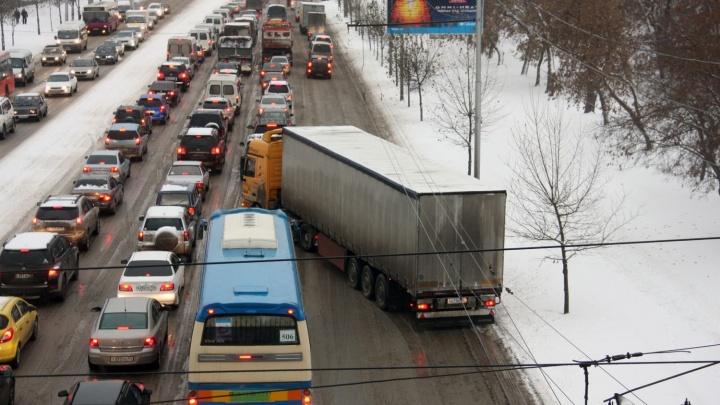 Трафик в пробке на Бердском шоссе вырос в два раза