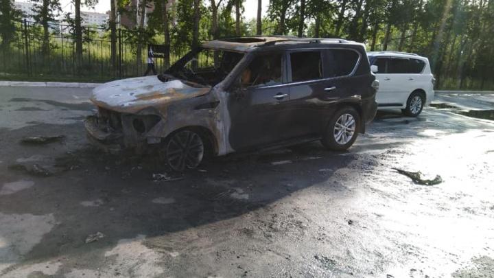 «Мы никому не должны»: хозяйка сгоревших на «Родниках» иномарок заявила, что это был поджог