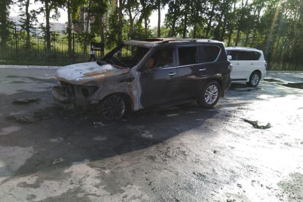Жильцы отгоняли свои машины подальше от огня. В итоге сгорели всего 2 машины — обе принадлежат одной семье