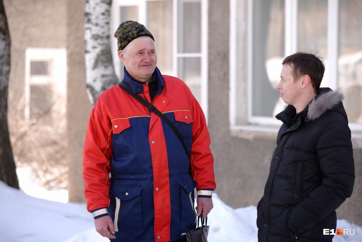Валерий Дмитриевич всю жизнь живет в Нижних Сергах. Говорит, раньше на дороге было больше машин и мало знаков. А сейчас наоборот— знаков прорва, а движение спокойное