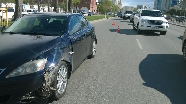 В Екатеринбурге молодой парень на Lexus сбил пешехода на переходе