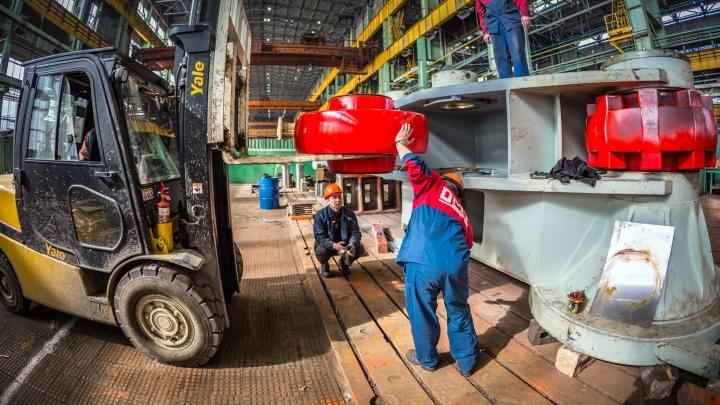На Уралмашзаводе за год собрали гигантский экскаватор, который за пару минут загружает БелАЗ
