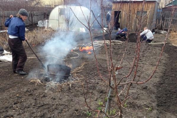 Дачников и жителей частных домов призывают не жечь сухую траву и сделать уборку на участке