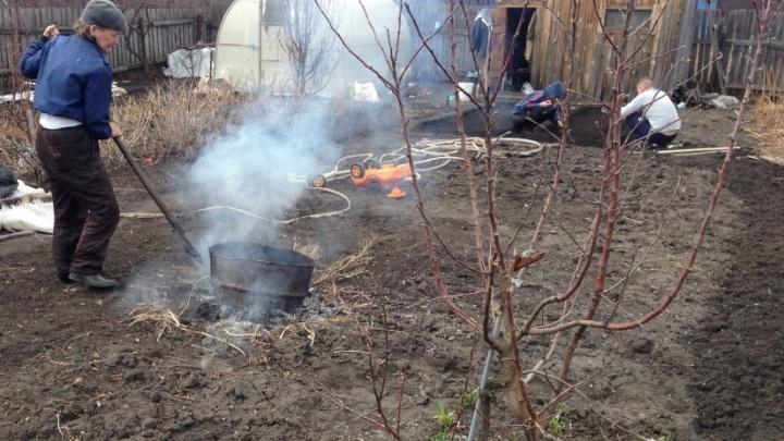 Сотрудники МЧС штрафуют курганцев за костры на дачах