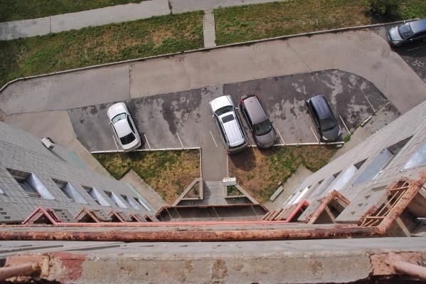 Мужчина выпал с балкона многоэтажки