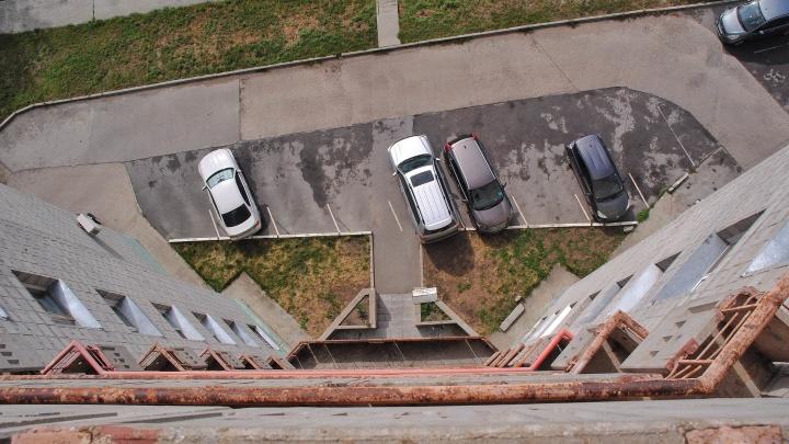 Мужчина выпал с балкона 25-этажки в центре Новосибирска