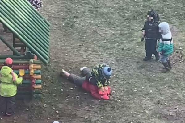Одногруппники по очереди пинали, били кулачками и топтали лежавшую на земле девочку