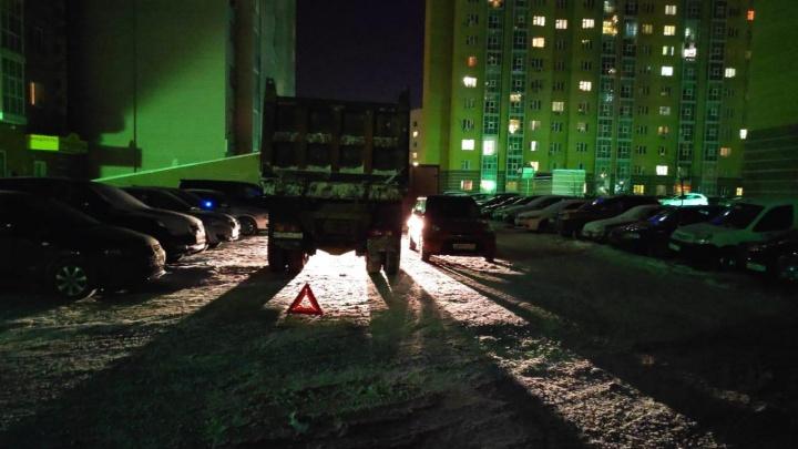 Самосвал сбил 8-летнего мальчика во дворе на Московском тракте