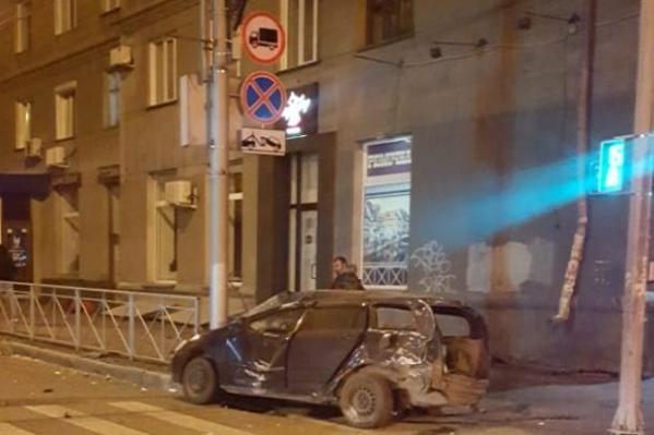 После столкновения «Тойота Королла Филдер» въехала в фонарный столб