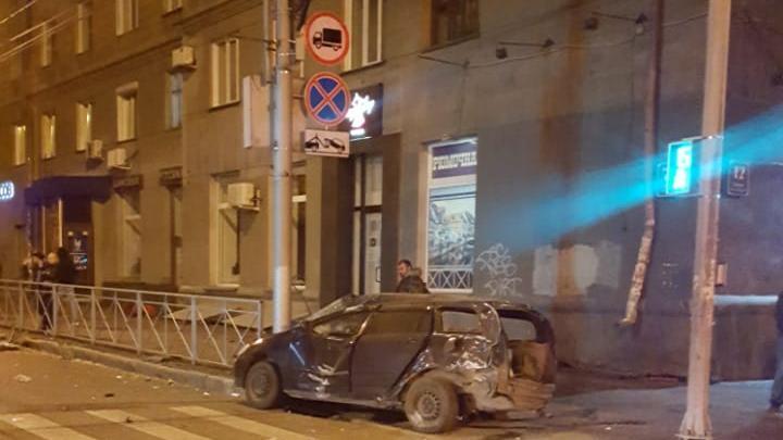 Два человека погибли в аварии на перекрёстке Красного проспекта и Достоевского
