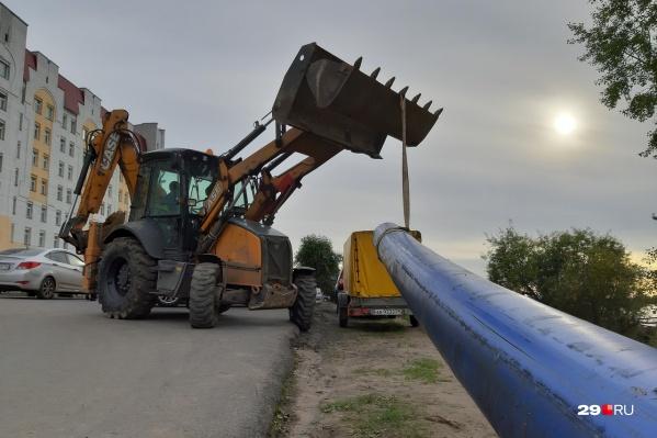 Работы по замене трубы проходят в районе улицы Комсомольской