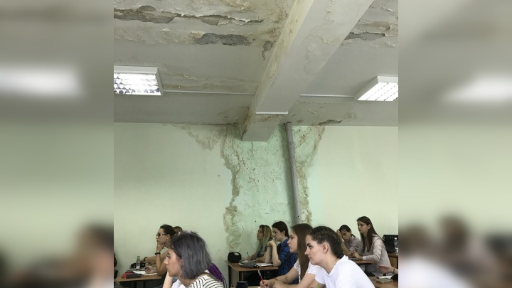 «На голову сыпется штукатурка»: студенты Самарского университета пожаловались на дырявую крышу