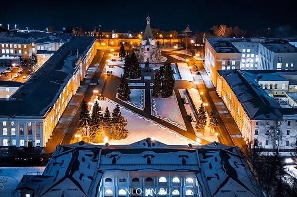 Вечером даже административные здания Нижегородского кремля выглядят симпатичными
