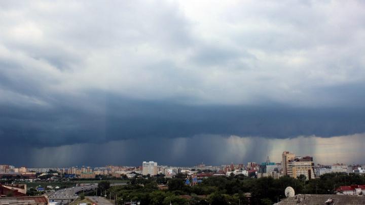 На Омск обрушился ливень с градом и молниями