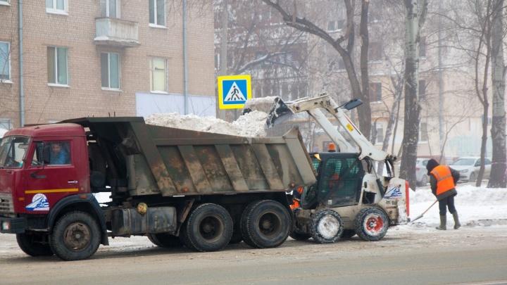 Самарцы сняли, как КАМАЗ выгружает снег у жилого дома на Ново-Вокзальной