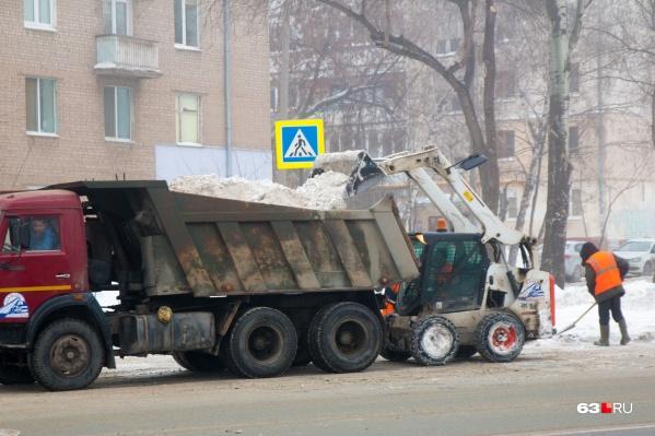 Ежедневно город от снега очищают несколько десятков спецмашин