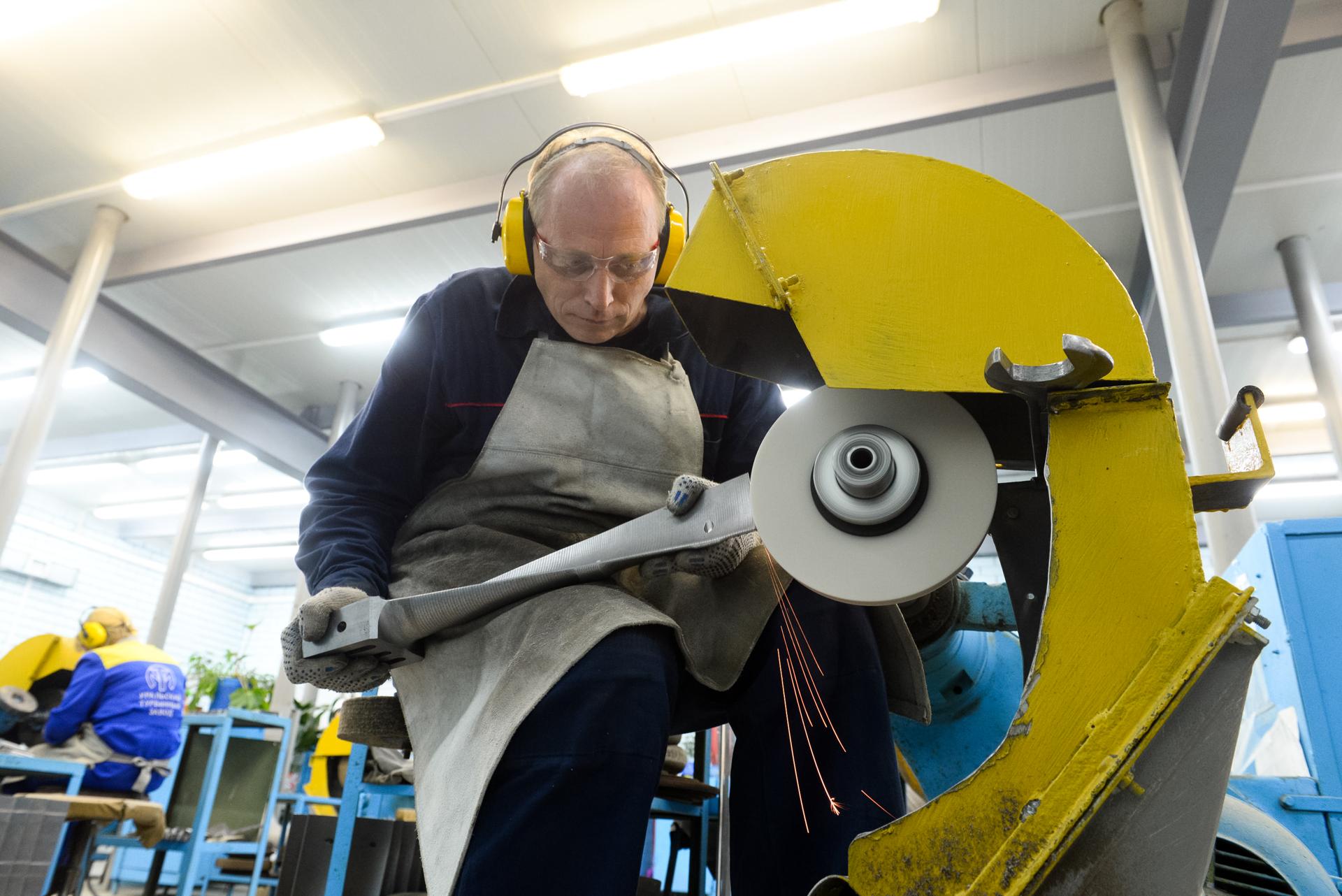 Полировка лопаток турбины, которую выполняет Денис Погорельский, — очень ответственная операция<br>
