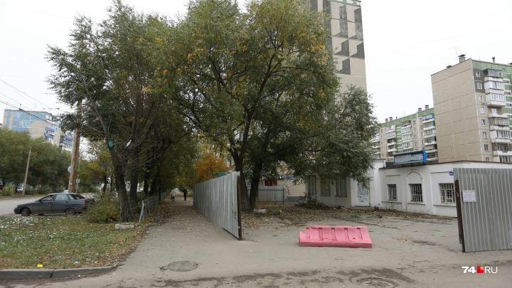 «Оттяпали полтротуара»: на северо-западе Челябинска на месте магазина построят спорткомплекс