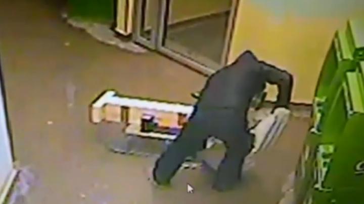 Полиция задержала пермяка, который хотел разгромить банкомат кувалдой. Видео