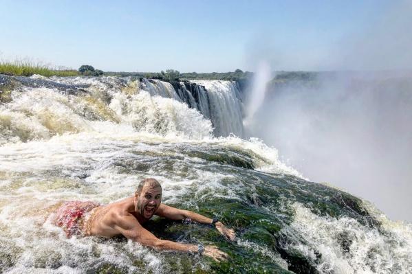 Алексей Камерзанов на краю водопада Виктория
