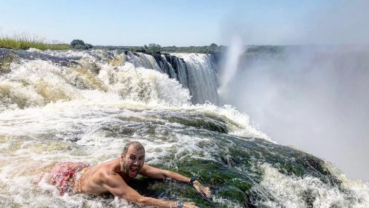 Путешественник из Новосибирска доехал до крупнейшего водопада Африки, чтобы полежать на его краю