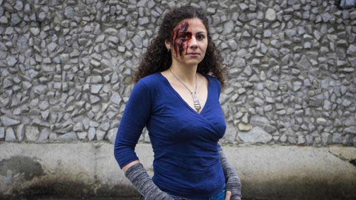 Возьмите скальпель, кровяку и чёрную краску: учимся делать жуткий макияж к Хеллоуину