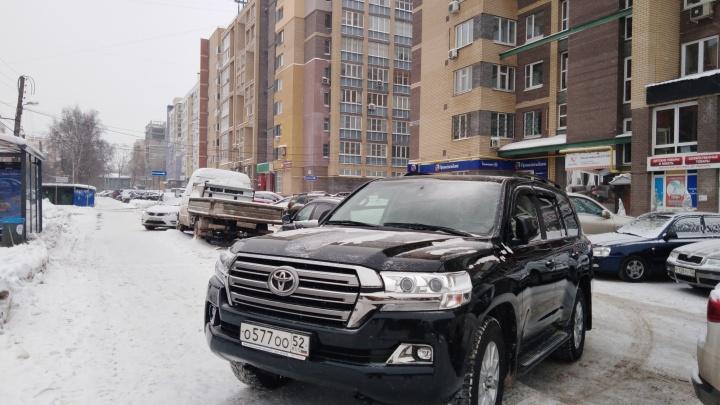 Короли парковки. «Москвич» на встречном тротуаре и полиция на местах для инвалидов