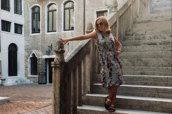 Маша возле корпуса, в котором учится в Венеции