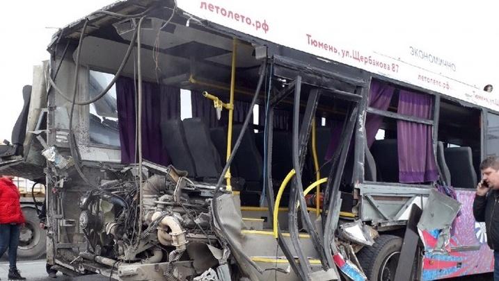 Под Тюменью столкнулись грузовик и пассажирский автобус. Шесть человек пострадали
