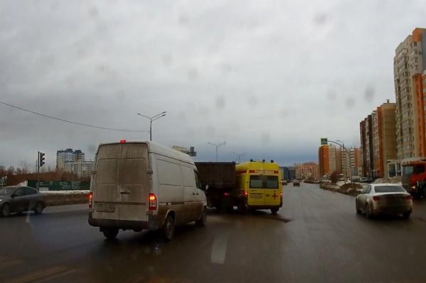 Судя по видео, водитель скорой буквально протаранил грузовик