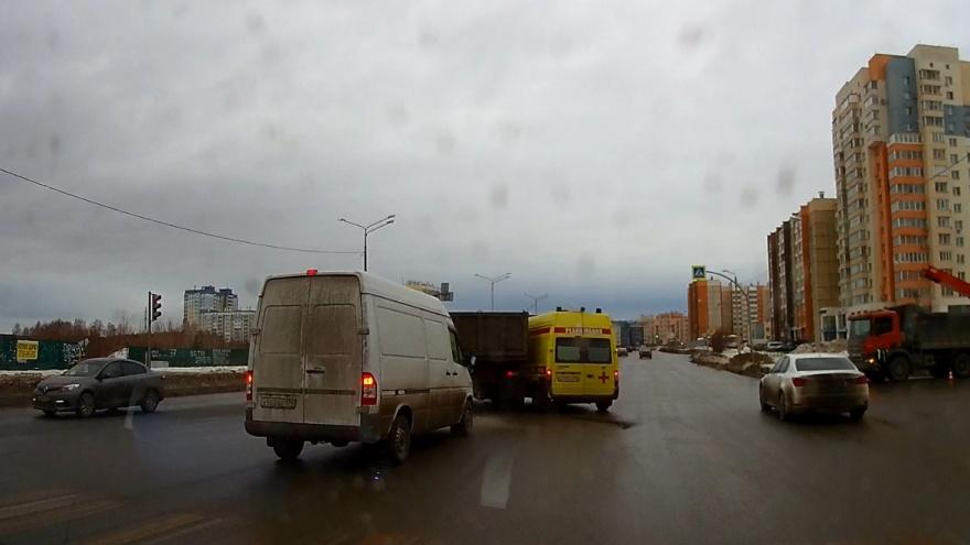 «Не успел отреагировать»: ДТП со скорой, КАМАЗом и минивэном в Челябинске попало на видео