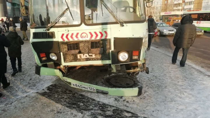 На «Взлетке» уходящий от столкновения автобус улетел на тротуар с пешеходами