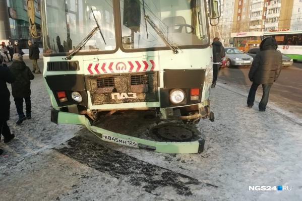 Автобусу оторвало бампер