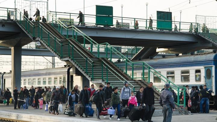 На вокзале Новосибирска разрешили заказывать носильщиков