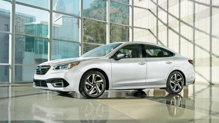 Subaru не едет: «японка» уровня Camry получила полный привод, вертикальный планшет и вялый разгон