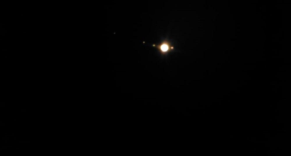 Этот кадр Юпитера со свитой спутников сделал сегодня ночью читатель E1.RU СергейТалайкин