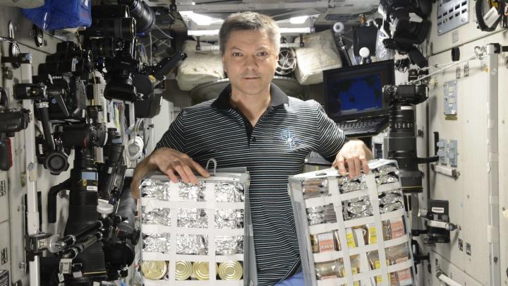 Самарский космонавт Олег Кононенко показал, чем кормят на МКС