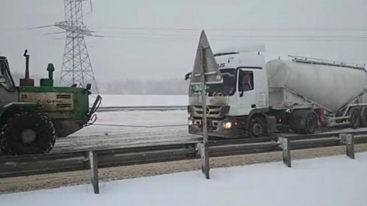 В Башкирии снегопад остановил движение на трассе, пришлось вмешаться МЧС