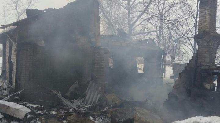 Сам спасся, а другим не помог: мужчина выбрался из горящего дома, оставив там друзей