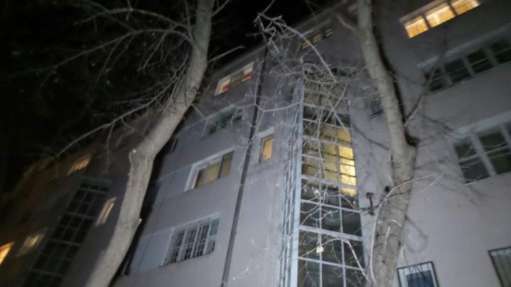 «Пытался перелезть к себе в квартиру»: на Ленина мужчина сорвался с пятого этажа
