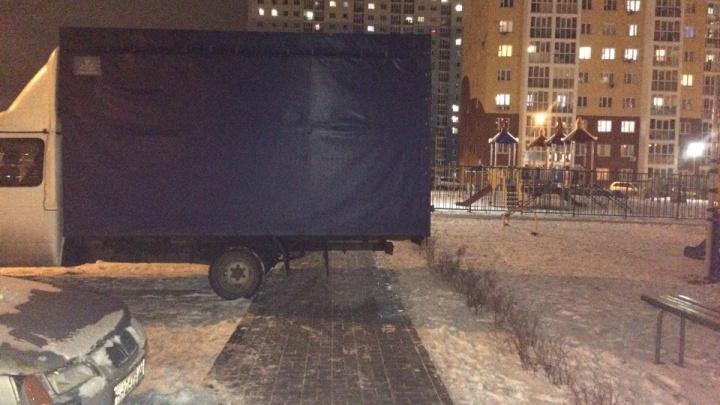 Короли парковки. Зима, все на тротуар!
