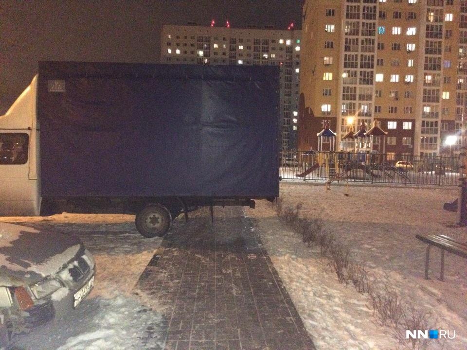 Формально грузовик не на тротуаре, но так все равно парковаться не стоит