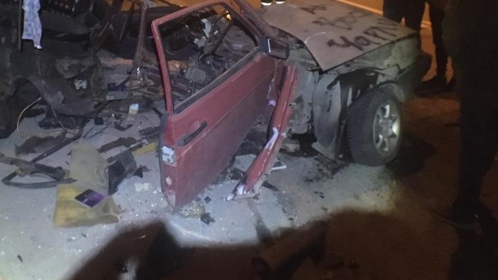 «Машину разорвало на части»: в Ростове автомобиль врезался в столб