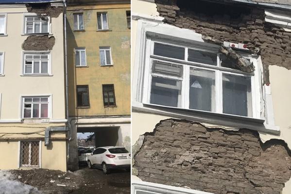 Фасад дома того и гляди обрушится на головы прохожих
