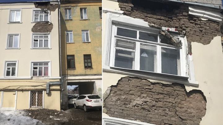 На Ново-Садовой обрушился отреставрированный к ЧМ-2018 фасад дома